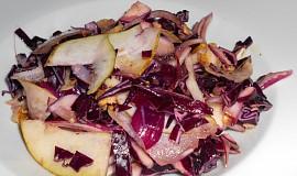 Salát z červeného zelí s hruškou a ořechy
