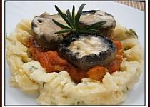 Žampiony s tvarůžkem v bramborovo-zeleninovém ďolíčku