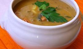 Čočková polévka s paprikovým krémem a čubricou