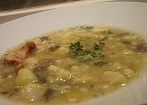 Chutná a hutná polévka z květáku, pórku, brambor a hub
