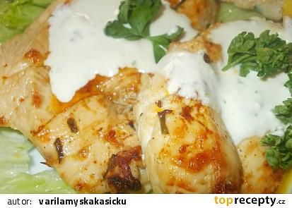 Grilovaná kuřecí prsa na citronu s omáčkou z modrého sýra
