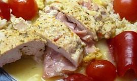 Kuřecí závitky se sýrem a šunkou v sýrovém přelivu