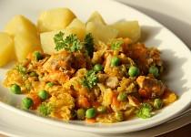Dušená mrkev s kapustou a kuřecím masem
