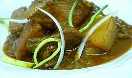 Guláš z vepřového masa s bramborami a houbami