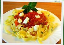 Kotlety s rajčaty, čerstvou  bazalkou a mozzarellou