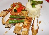 Sezamovo-polentové kuřecí řízky s chřestem a zeleninou