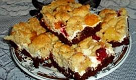 Tvarohovokakaový  koláč s ovocem