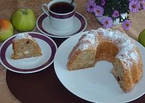 Jablková bábovka s rozinkami a skořicí