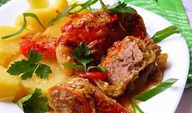Kapustové závitky s paprikovým krémem a rajčaty