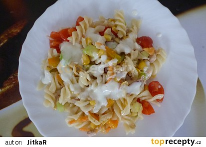 Těstovinový salát s kuřecím masem a jogurtovou zálivkou