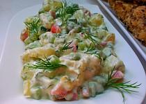 Bramborovy salat se salatovou okurkou a koprem