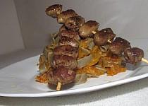 Černé tagliatelle se špagetovou dýní a špízky z kuřecích srdíček