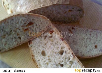 Domácí chléb se sušenými rajčaty a pórkem