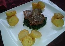 Jehněčí T-bone steak, na špenátovém lůžku s česnekem a restovanými brambory s tymiánem