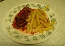 Pečené vepřové plátky s červenou řepou a zeleninou