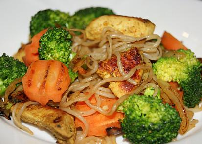 shirataki nudle s kuřecím masem a zeleninou