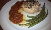 Steak z lososa s fazolkami a rajčatovou omáčkou
