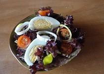 Červený salát s vejcem