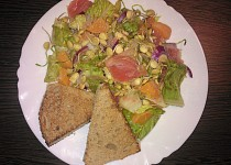 Grepový salát s čočkovými klíčky