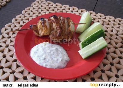 """Kuřecí špízy """"kebab"""" s jogurtovým dipem"""