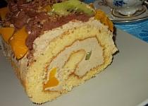 Piškotová roláda s oříšky, broskvemi a kiwi
