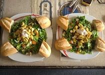 Salát s kuřecím masem a bazalkou