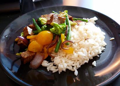 uzeny tempeh se zeleninou a ryzi