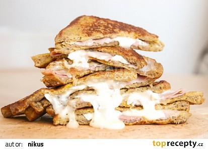 Vajíčkový toast se šunkou a sýrem