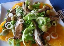 Pomerančový salát s cibulí a šproty