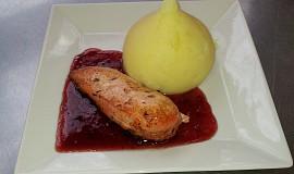 """Kuřecí prsa """"nadivoko"""" s brusinkovou salsou a šťouchaným bramborem"""