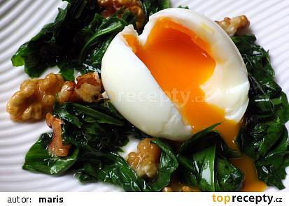 Vejce  v hnízdě z medvědího česneku s ořechy