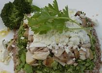 Brokolicová pohanka s kuřecím masem a balkánským sýrem