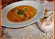 Fazolovo-žampionová polévka, zahuštěná  paprikovou jíškou