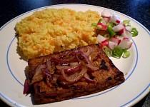 Marinované tofu s grilovanou červenou cibulkou - vegan