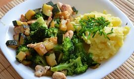 Brokolice s cuketou a kuřecími kousky