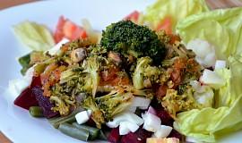 Květák s červenou řepou, fazolkami a vejcem s brokolicovo-rajčatovo-žampionovou směsí