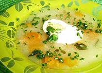 Lehká kedlubnovo-mrkvová polévka