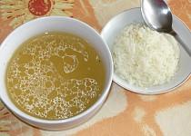 Polévka z uzeného kuřecího stehna