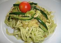 Těstoviny s brokolicovým pestem a cuketou