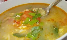 Drožďová polévka s kořenovou zeleninou, paprikou a  rajčaty