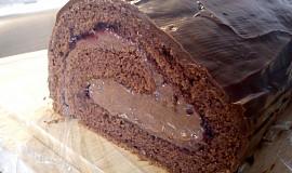 Kakaová roláda s rybízovou marmeládou, čokoládovo-nutellovým krémem a čokoládovou polevou