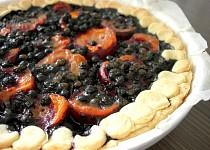 Křehký karamelový koláč s meruňkami a borůvkami