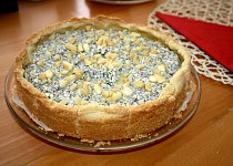 Křehký máslový koláč s tvarohem, mákem a broskvemi