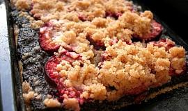 Kynutý koláč s mákem, švestkami a skořicovou drobenkou