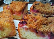 Kynutý švestkový koláč se strouhankovou drobenkou