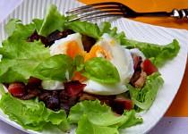 Lesní houby se slaninou a pošírovaným vejcem na listovém salátu