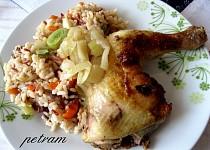 Pečené kuřecí stehno na cibuli se zeleninovou rýží
