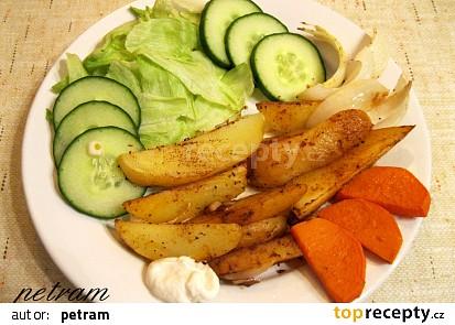 Pikantní pečené brambory s cibulí a česnekem