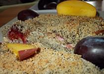 Makový drobenkový koláč se švestkami a broskvemi