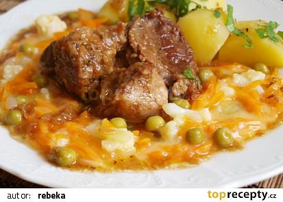Dušená mrkev s bramborem a dušeným masem